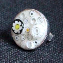 Bague avec fleurs blanches, jaunes et noires millifiori