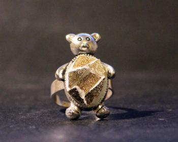Bague ovale ourson en pâtes de verre, taillées à la main