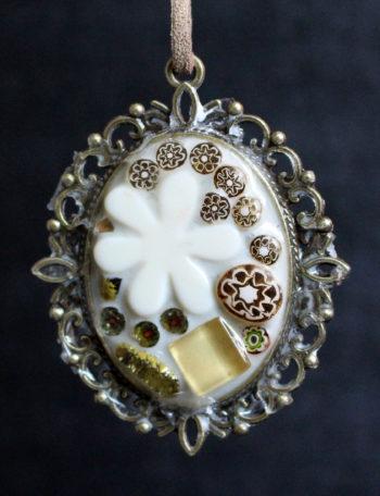 Pendentif aux fleurs beiges
