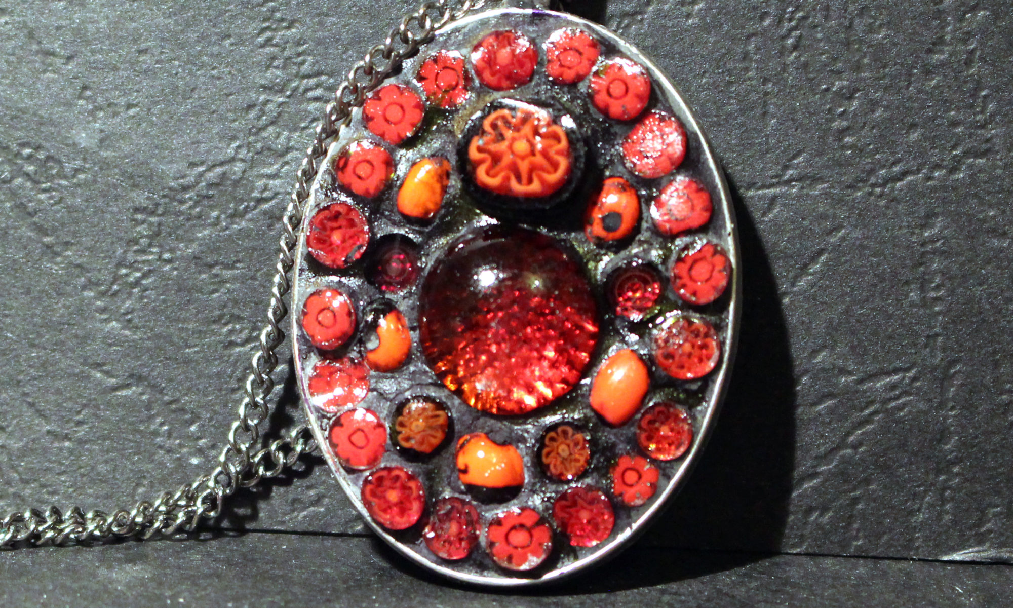 Pendentif avec fleurs rouges